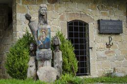 Przydrożna kapliczka obok pomnika ofiar pacyfikacji wsi Jamna. Jamna, gmina Zakliczyn, powiat tarnowski.