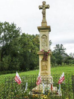 Przydrożny krzyż kamienny z płaskorzeźbami św. Wojciecha i św. Nepomucena. Barwałd Górny, gmina Kalwaria Zebrzydowska, powiat wadowicki.