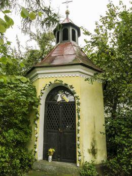 Przydrożna murowana ośmiokątna kapliczka z 1812 r. Chocznia , gmina Wadowice, powiat wadowicki.