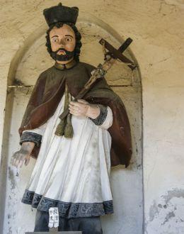 Figura św. Jana Nepomucena w przydrożnej kapliczce domkowej. Inwałd, gmina Andrychów, powiat wadowicki.