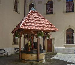 Sanktuarium pasyjno-maryjne, studnia ze świętą figurą. Kalwaria Zebrzydowska, powiat wadowicki.