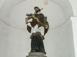 Figura św. Jana Nepomucena w przydrożnej kapliczce domkowej. Kalwaria Zebrzydowska, powiat wadowicki.
