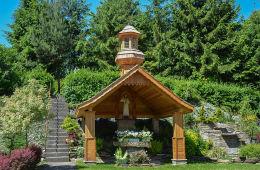 Kapliczka przy kościele św. Joachima. Skawinki, gmina Lanckorona, powiat wadowicki.
