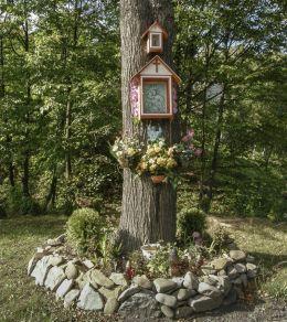 Przydrożna drewniana kapliczka skrzynkowa na drzewie. Stronie, gmina Stryszów, powiat wadowicki.