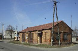Krzyż przydrożny, metalowy na kamiennym postumencie, stojący na rozstaju dróg. Przybyszew, gmina Promna, powiat białobrzeski.