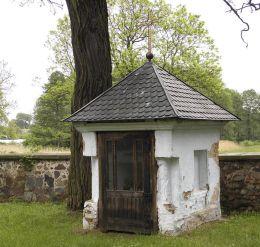Kapliczka domkowa stojąca przy murze kościelnym. Jasionna, gmina Białobrzegi, powiat białobrzeski.