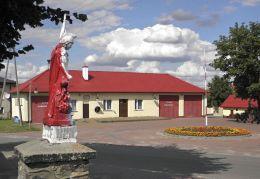 Kapliczka Św. Floriana obok remizy ochotniczej straży pożarnej. Radzanów, powiat białobrzeski.