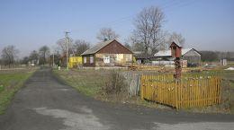 Przydrożna drewniana kapliczka skrzynkowa na słupku. Tursk, gmina Stara Błotnica, powiat białobrzeski.