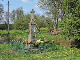 Przydrożny krzyż kamienny z kapliczką z 1952r. Bukówno, gmina Radzanów, powiat białobrzeski.