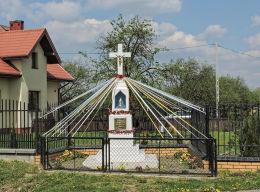 Przydrożny krzyż kamienny z 1954 r. Czyżówka, gmina Stara Błotnica, powiat białobrzeski.
