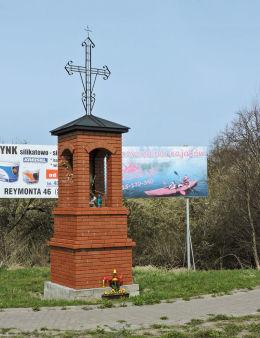 Kapliczka przydrożna murowana stojąca w centrum wsi. Falęcice, gmina Promna, powiat białobrzeski.