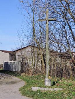 Wysoki przydrożny krzyż drewniany stojący przy ulicy Władysława Rosłońca. Przybyszew, gmina Promna, powiat białobrzeski.