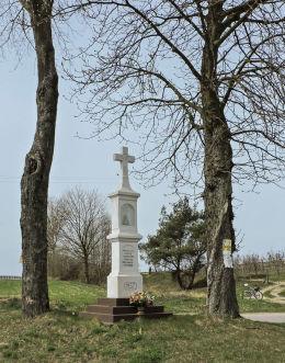 Przydrożny krzyż kamienny ufundowany przez mieszkańców Osuchowa w 1957 r. Przybyszew, gmina Promna, powiat białobrzeski.