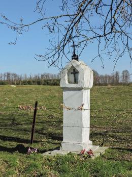 Przydrożna kamienna kapliczka słupowa z wnęką. Przybyszew, gmina Promna, powiat białobrzeski.