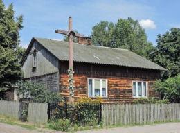 Drewniany krzyż przydrożny. Ulaski Grzmiąckie, gmina Wyśmierzyce, powiat białobrzeski.
