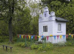 Przydrożna kapliczka domkowa w centrum wsi. Korzeń, gmina Wyśmierzyce, powiat białobrzeski.