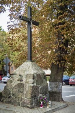 Krzyż przydrożny przy ulicy Księdza Piotra Ściegiennego. Ciechanów, powiat ciechanowski.
