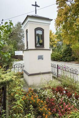 Kapliczka przydrożna przy ulicy Płońskiej. Ciechanów, powiat ciechanowski.