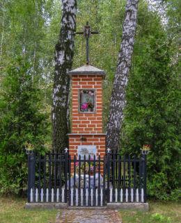 Kapliczka przydrożna murowana. Budy-Grzybek, gmina Jaktorów, powiat grodziski.