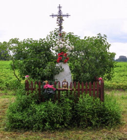 Krzyż przydrożny metalowy na kamiennym postumencie. Grabnik, gmina Jaktorów, powiat grodziski.