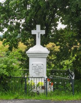Kamienny krzyż przydrożny. Izdebno Kościelne, gmina Grodzisk Mazowiecki, powiat grodziski.