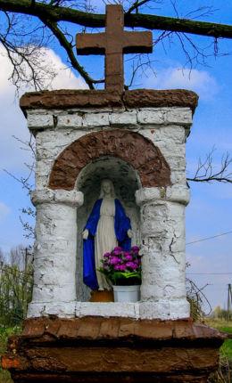 Kapliczka przydrożna wzniesiona w  1918 r. na pamiątkę odrodzenia Polski. Izdebno Kościelne, gmina Grodzisk Mazowiecki, powiat grodziski.