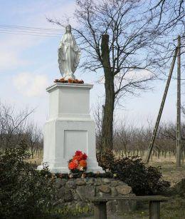 Figura Matki Bożej przy drodze do zespołu dworskiego. Jastrzębia, gmina Mogielnica, powiat grójecki.