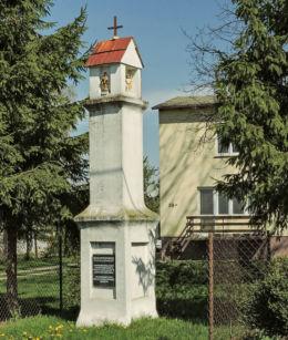 Przydrożna kapliczka stojąca w centrum wsi. Boglewice, gmina Jasieniec, powiat grójecki.