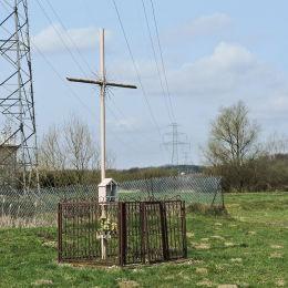 Krzyż przydrożny metalowy z kapliczką. Budy Michałowskie, gmina Warka, powiat grójecki.