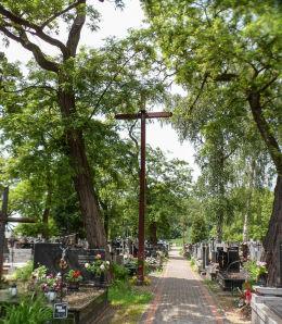 . Krzyż na cmentarzu parafialnym. Chynów, powiat grójecki.
