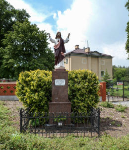 Kapliczka przydrożna z figurą Chrystusa z 1934 r. ufundowana w 500-lecie kościoła. Chynów, powiat grójecki.