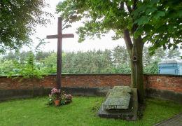 Stary krzyż misyjny na dawnym cmentarzu przykościelnym. Chynów, powiat grójecki.