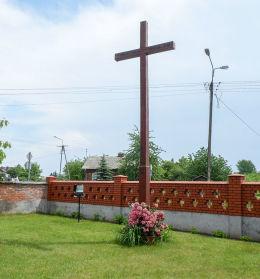 Krzyż przy kościele Świętej Trójcy. Chynów, powiat grójecki.