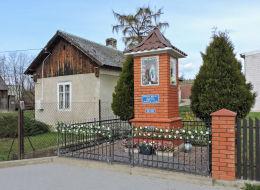 Przydrożna kapliczka murowana stojąca na skraju wsi. Grzegorzewice, gmina Warka, powiat grójecki.
