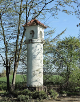 Przydrożna kapliczka słupowa na granicy Lasek i Warki. Laski, gmina Warka, powiat grójecki.