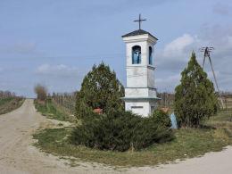 Kapliczka przydrożna, latarnia stojąca na rozstaju polnych dróg. Michałów Górny, gmina Warka, powiat grójecki.