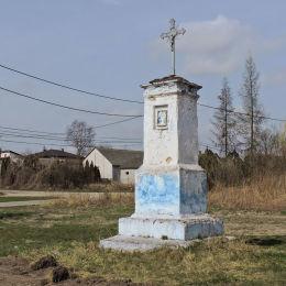 Krzyż przydrożny metalowy na kamiennym postumencie. Michałów Górny, gmina Warka, powiat grójecki.