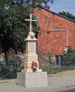 Krzyż przydrożny z 1930 r. stojący przy ulicy Mostowej. Nowe Miasto nad Pilicą, powiat grójecki.
