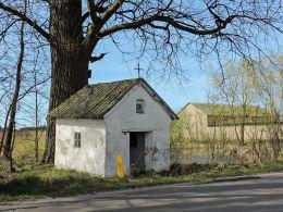 Kapliczka przydrożna domkowa na skraju wsi. Otaląż, gmina Mogielnica, powiat grójecki.