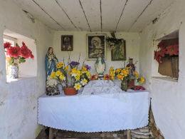 Kapliczka przydrożna domkowa, wnętrze. Otaląż, gmina Mogielnica, powiat grójecki.