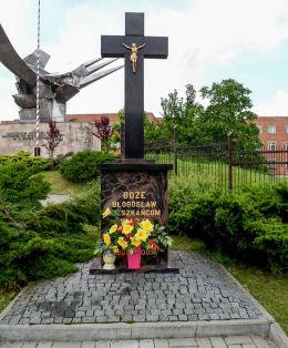 Krzyż przydrożny przy rondzie Jana Pawła II upamiętniający wystąpienia antycarskie w 1905 r. Warka, powiat grójecki.