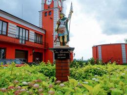Kapliczka św. Floriana przed remizą. Warka, powiat grójecki.