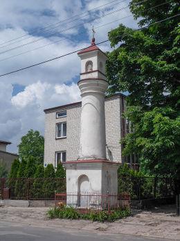 Przydrożna barokowa kapliczka z XVIII w. przy ulicy Franciszkańskiej naprzeciw klasztoru. Warka, powiat grójecki.