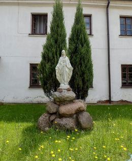 Kapliczka Matki Boskiej przed budynkiem klasztoru franciszkanów. Warka, powiat grójecki.