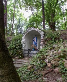 Kapliczka z figurą Matki Boskiej w parku pałacowym. Warka, powiat grójecki.