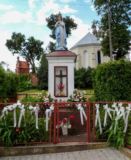Kapliczka z figurą Matki Boskiej przy ulicy Mostowej. Warka, powiat grójecki.