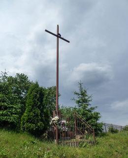 Krzyż przydrożny przy ulicy Lotników. Warka, powiat grójecki.