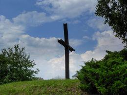 Krzyż na kopcu powstańców styczniowych przy ulicy Nowy Zjazd. Warka, powiat grójecki.