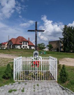 Przydrożny krzyż z kapliczką przy skrzyżowaniu ulic Lotników i Nowy Zjazd. Warka, powiat grójecki.