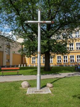 Krzyż wystawiony na 1000-lecie chrztu Polski przy ulicy Warszawskiej, róg Piotra Wysockiego. Warka, powiat grójecki.